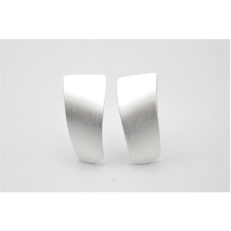 Buet og matteret sølv ørestikker