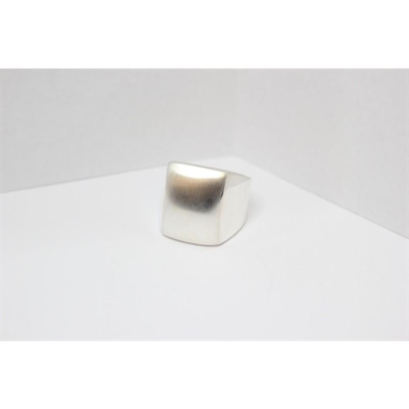 Sølv herrering med matteret og buet top