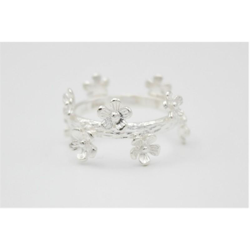Bred sølv ring, gren og blomster